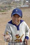 Bolivianischer Junge des Porträts, der mit Spitze, Bolivien spielt Stockbilder