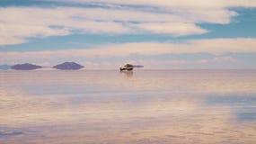 Bolivianischer Salzsee und Fahrzeug, Salar de Uyuni stockfoto