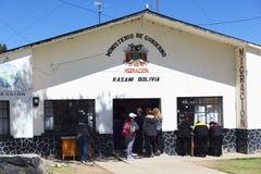 (Bolivianisches) Migrations-Büro Kasani an der Peruanisch-bolivianischen Grenze lizenzfreies stockfoto