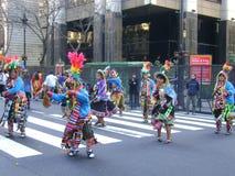 Bolivians som dansar i traditionell klänning på gator Royaltyfria Foton