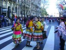 Bolivians som dansar i traditionell klänning på gator Royaltyfri Foto