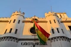 Boliviansk flagga på koloniala byggande Ejercito Arkivfoto