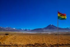 Boliviansk flagga vid gränsen till Chile i Anderna Royaltyfria Foton