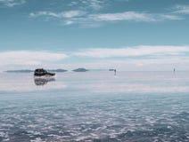 Bolivianskt salta sjön och medlet, Salar de Uyuni arkivbild