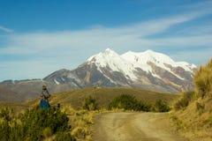 Bolivien Cholita se reposant près de la route Photo stock