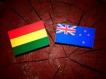 Boliwijki flaga z Nowa Zelandia flaga na drzewnym fiszorku odizolowywającym zdjęcie stock