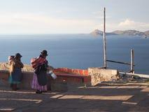 Boliwijskie kobiety w tradycyjnej sukni przy Jeziornym Titicaca zdjęcie royalty free