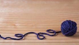 Boll av blått garn royaltyfria foton