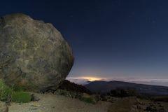 Boll av lava på Teide på natten royaltyfria bilder