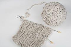 Boll av ull med eker för handgjort handarbete på trätabellen Handarbeteull och stickor Arkivbilder