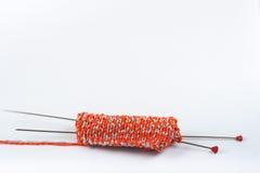 Boll av ull med eker för handgjort handarbete på trätabellen Handarbeteull och stickor Royaltyfri Bild