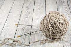 Boll av ull med eker för handgjort handarbete på trätabellen Handarbeteull och stickor Royaltyfria Foton