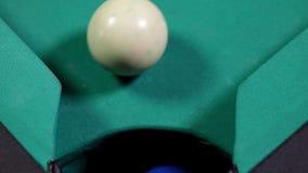 Boll för billiard som fem faller in i tabellhålet lager videofilmer