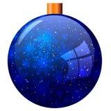 Boll för blått för ` s för nytt år med snöflingor som isoleras på vit bakgrund Arkivfoto
