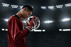 Boll för fotboll för fotbollmålvakthåll Royaltyfri Fotografi