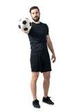 Boll för innehav och för erbjuda för fotboll- eller fotbollspelare till en kamera isolerad white för challenge begrepp Arkivbilder