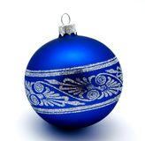 Boll för julgarneringblått som isoleras på en vit arkivbild