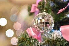 Boll för julspegelleksak på trädet royaltyfri foto