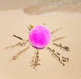 Boll för nytt år i mitten av solen som dras på sand på en strand Royaltyfria Foton