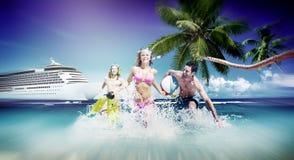 Boll för strand för lycka för vänsommarstrand som spelar begrepp fotografering för bildbyråer