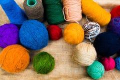 Boll för ullgarn, färgrika trådar för handarbete arkivfoto