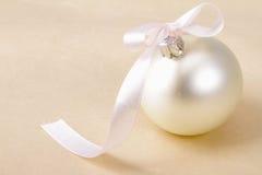 Boll för vit jul, på beige bakgrund Royaltyfri Bild