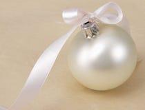 Boll för vit jul, på beige bakgrund Arkivfoto