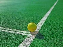 Boll på en tennisbana Royaltyfri Bild