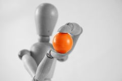 boll som rymmer orange träig royaltyfria foton