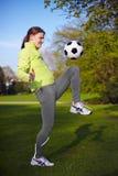 boll som stöd fotbollkvinnan Arkivbild
