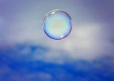 Bolla che galleggia nel cielo immagini stock