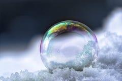 Bolla di sapone con le riflessioni nella neve, inverno ancora l dell'arcobaleno Fotografia Stock Libera da Diritti