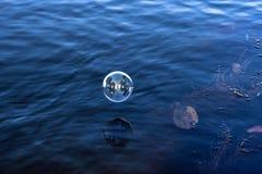 Bolla di sapone sull'acqua fotografia stock