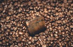 Bolla organica del sapone del caffè sui chicchi di caffè Fotografia Stock