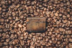 Bolla organica del sapone del caffè sui chicchi di caffè Immagine Stock