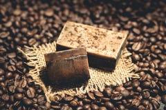 Bolla organica del sapone del caffè sui chicchi di caffè Immagine Stock Libera da Diritti
