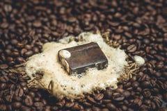 Bolla organica del sapone del caffè sui chicchi di caffè Fotografia Stock Libera da Diritti