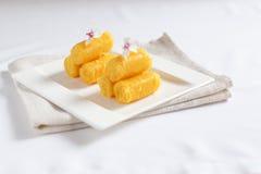 Bollar för äggokfuskverk som lagas mat i sirap Royaltyfri Bild