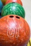 Bollar för att bowla på bowlingmitten Arkivbilder