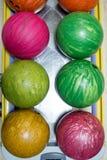 Bollar för att bowla på bowlingmitten Royaltyfri Fotografi