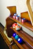 Bollar för en lek av pölbiljard på hyllor Billiardsportbegrepp Amerikansk pölbilliard Royaltyfria Bilder