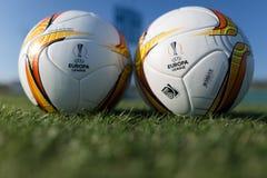 Bollar för Europaligafotboll på fältet Arkivbilder