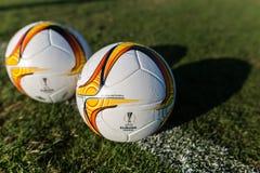 Bollar för Europaligafotboll på fältet Royaltyfri Fotografi