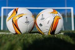 Bollar för Europaligafotboll på fältet Arkivfoton