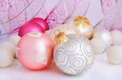 Bollar för för lilor och vita jul för silver, för rosa färger, Arkivfoton
