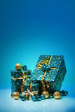 Bollar för gåvaaskar som och julisoleras på blå bakgrund Royaltyfria Bilder