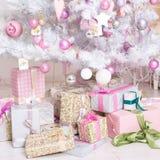 Bollar för garneringar Giftboxes, för för rosa färger och vita jul som hänger på Arkivfoto