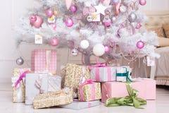 Bollar för garneringar Giftboxes, för för rosa färger och vita jul som hänger på Royaltyfri Foto