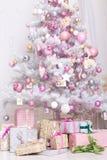 Bollar för garneringar Giftboxes, för för rosa färger och vita jul som hänger på Arkivbilder