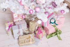 Bollar för garneringar Giftboxes, för för rosa färger och vita jul som hänger på Fotografering för Bildbyråer
